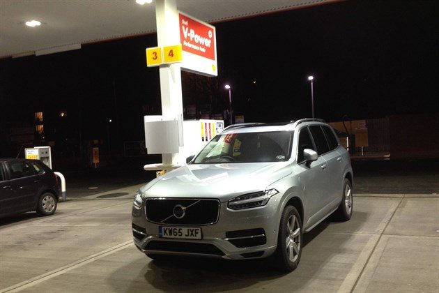 Volvo XC90 T8 Shell Station