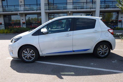 Toyota Yaris 2017 White Blue Stripe Side (1)