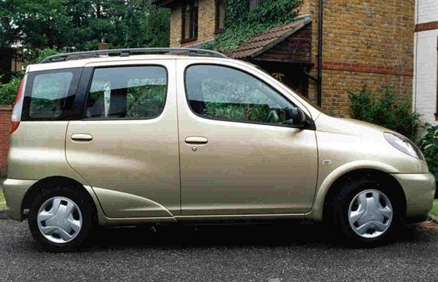 Toy Yaris Verso Side 700