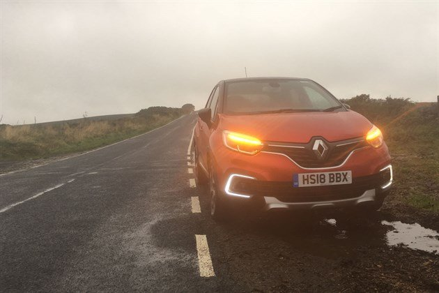 Renault Captur GT Line 2019 Moorland Road 3 Hazards (1)