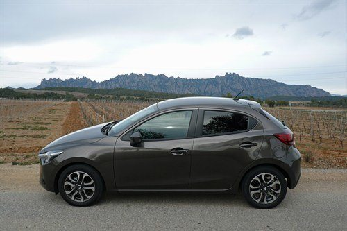 Mazda 2 2015 T Side Mountains (1)
