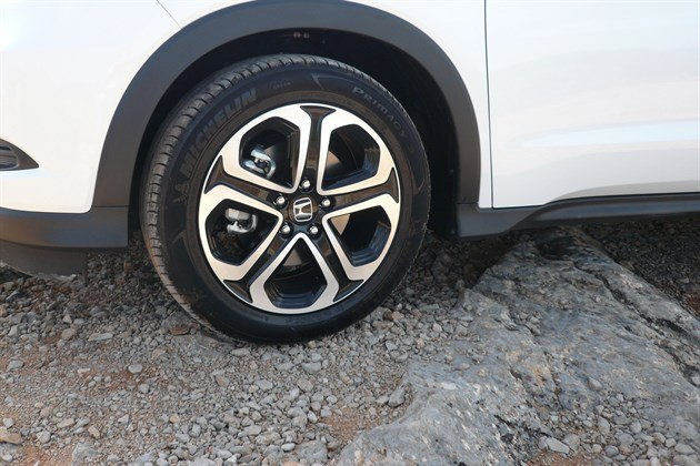 Honda HRV 2015 Wheel On Rocks